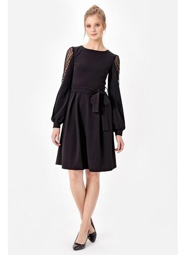 Jument Scuba Puanlı Tül Garnili Kolları Büzgülü Pili Kaşeli Elbise Siyah